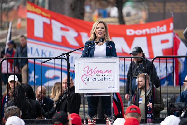 12月12日,挺特朗普集會活動的主要組織者、婦女支持特朗普組織執行主任凱莉·簡·克里默(Kylie Jane Kremer)在自由廣場發言。(石青雲/大紀元)