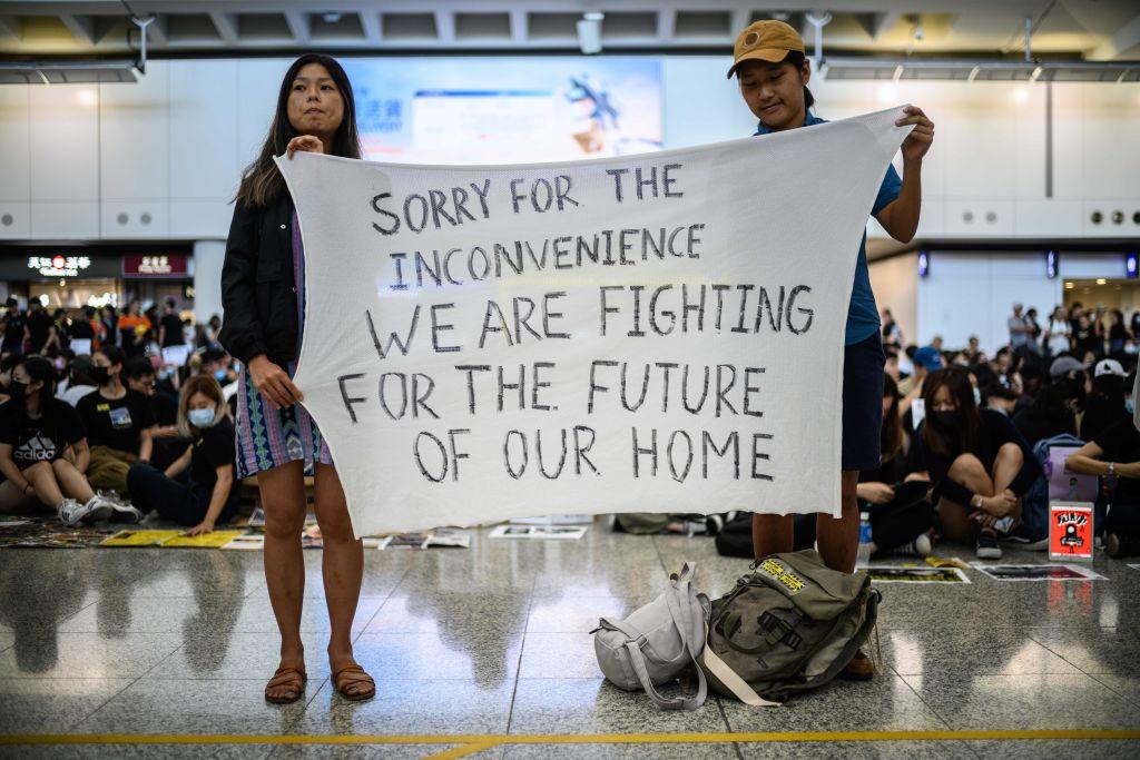8月9日香港「反送中」和平示威者在香港國際機場以文字展示訴求。(ANTHONY WALLACE/AFP/Getty Images)