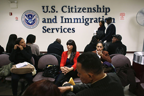 今年的4月1日,在開始2020財年H-1B工作簽證的收件工作的同時,也將開始實施美國國土安全部制定的H-1B簽證移民局抽籤模式新規則。圖為美國移民局等候接待室。(Fotolia)