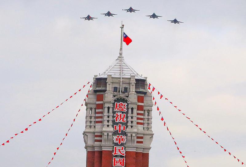 迎接中華民國109年雙十國慶,國軍10月7日上午實施旋翼機、快速機全兵力預演校閱,5架F-16V戰機編隊飛越總統府上空,場面壯觀。(中央社)