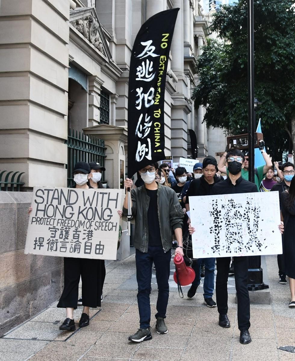 7月28日下午,香港學生從布里斯本廣場開始遊行,前往議會大樓,抗議7月24日發生在昆大的針對香港學生的校園暴力事件,並聲援香港反送中。(楊裔飛/大紀元)