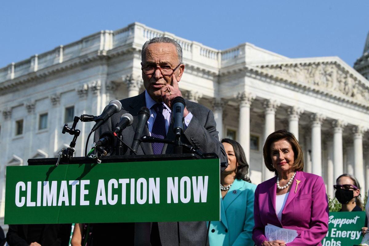 2021年7月28日,在華盛頓的美國國會大廈前,美國參議院多數黨領袖 Chuck Schumer在美國眾議院議長Nancy Pelosi等的氣候變化問題新聞發布會上發言。(NICHOLAS KAMM/AFP via Getty Images)