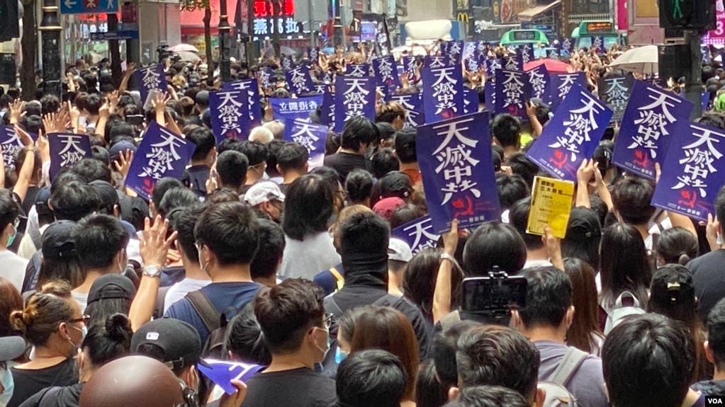 2020年5月24日,香港民眾舉「天滅中共」宣傳品,遊行抗議「港版國安法」。(VOA)