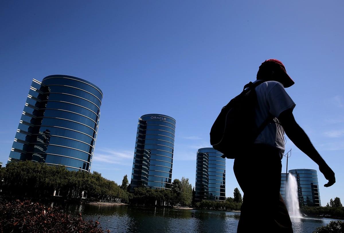 美國勞工部近日對甲骨文公司(Oracle)提起訴訟,指該公司常年通過大學招聘計劃,僱用過多的持美國簽證的客工,傷害當地就業環境。圖為甲骨文位於美國加州的總部辦公樓。(Justin Sullivan/Getty Images)
