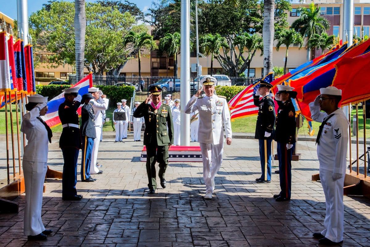 2019年6月18日,美軍印太司令部司令菲利普·戴維森(Philip Davidson)和泰國防長蓬皮帕·本雅斯裏(Pornpipat Benyasri)將軍會面。(美國國防部網站)