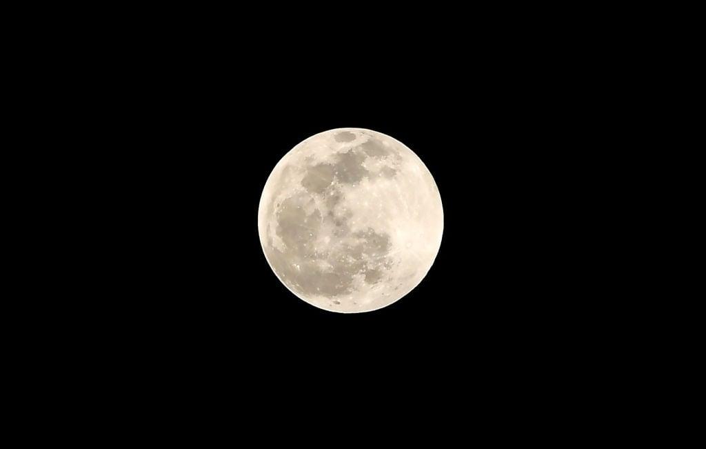 2020年1月11日在尼泊爾加德滿都看到的半影月食期間的滿月。(PRAKASH MATHEMA/AFP via Getty Images)
