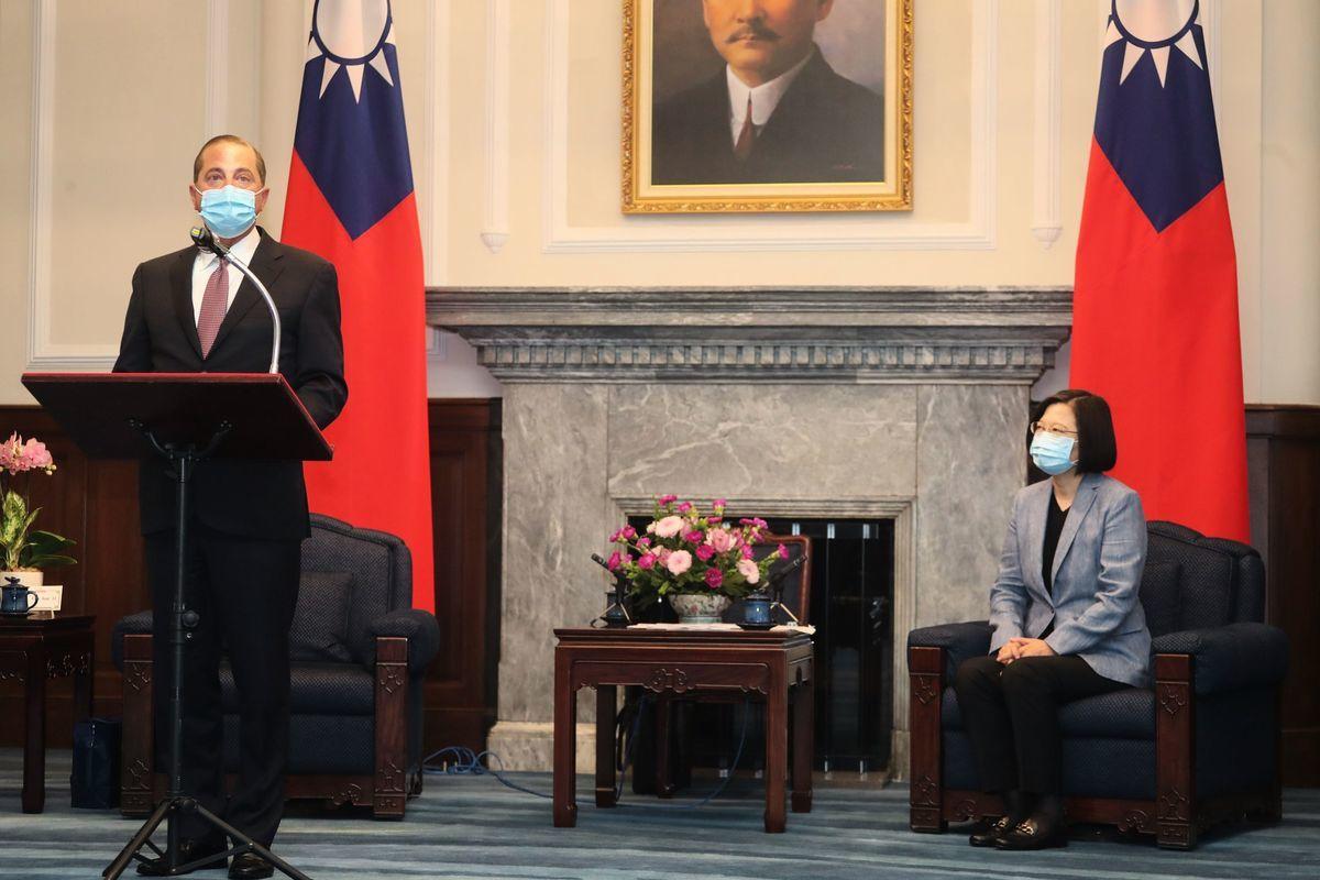 圖為8月10日,台灣總統蔡英文接待來訪的美國衛生部長亞歷克斯·阿扎爾(Alex Azar,左)。(PEI CHEN/POOL/AFP via Getty Images)