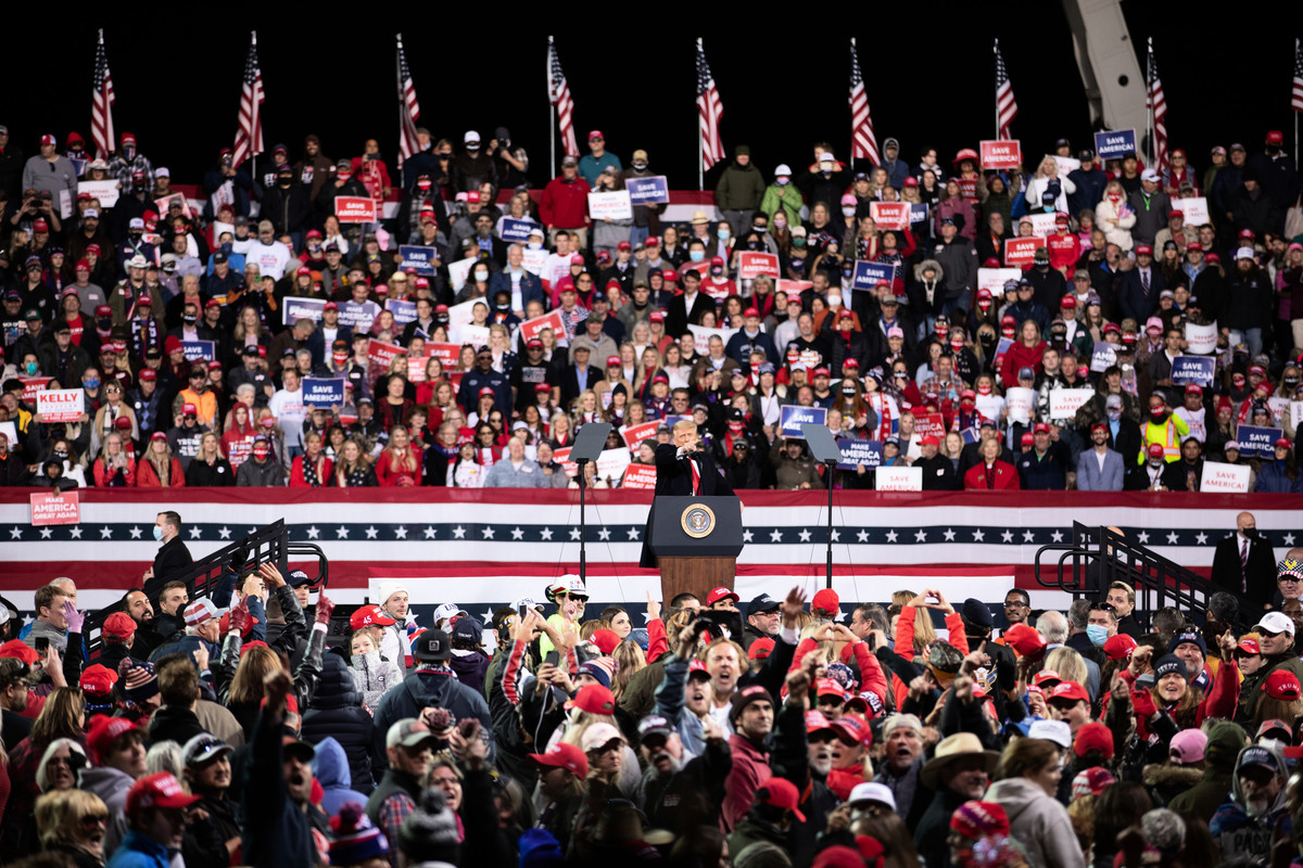 2020年12月5日傍晚,美國總統特朗普及其夫人梅拉尼婭‧特朗普到佐治亞州參加「捍衛參院多數」集會,並發表演講,現場氣氛熱烈,民眾高呼「再幹4年」「我愛你」。(林樂予/大紀元)
