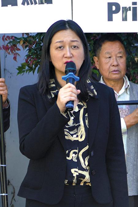 2021年4月15日,悉尼部份法輪功學員在悉尼中領館前譴責中共頻繁襲擊香港法輪功信息攤位。圖為集會主持人趙博士。(安平雅/大紀元)