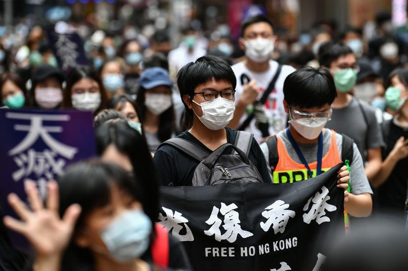 壹傳媒集團創辦人黎智英在推特向蔡英文提問,是否考慮放寬移民法,允許更多港人移民台灣。台灣總統府26日晚間回應,歡迎香港人申請,台灣也會依法提供必要協助。圖為反對「香港版國安法」大遊行,5月24日在港島舉行,估計上萬香港人走上街頭。(ANTHONY WALLACE/AFP via Getty Images)