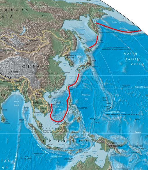 圖中紅線標示即為第一島鏈。(Suid-Afrikaanse/維基百科)