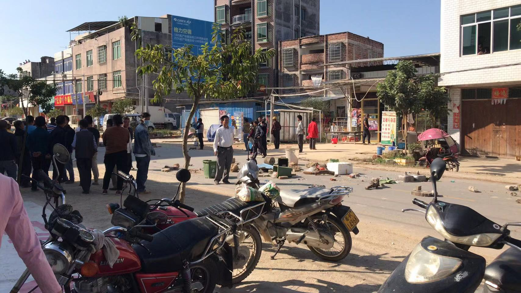 11月29日,廣東茂名化州市文樓鎮的村民以罷市方式持續抗議,在各個村中仍然繼續發著流血衝突,大批村民被打傷、被抓,具體人數不詳。圖為11月28日的衝突現場。(受訪者提供)
