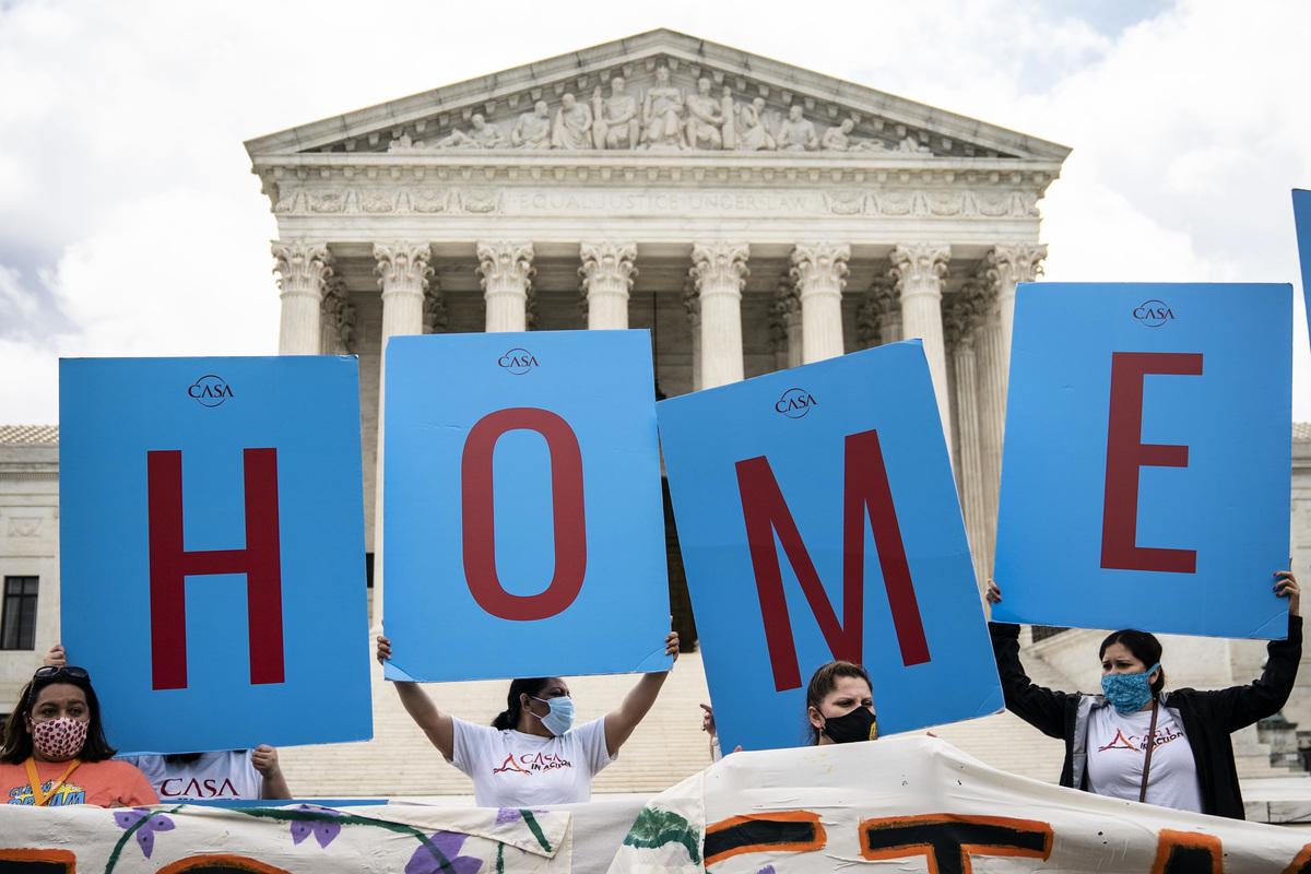 圖為2020年6月美國最高法院駁回特朗普停止DACA政策的決定當天,一些移民在華盛頓舉行抗議活動。(Drew Angerer / Getty Image)