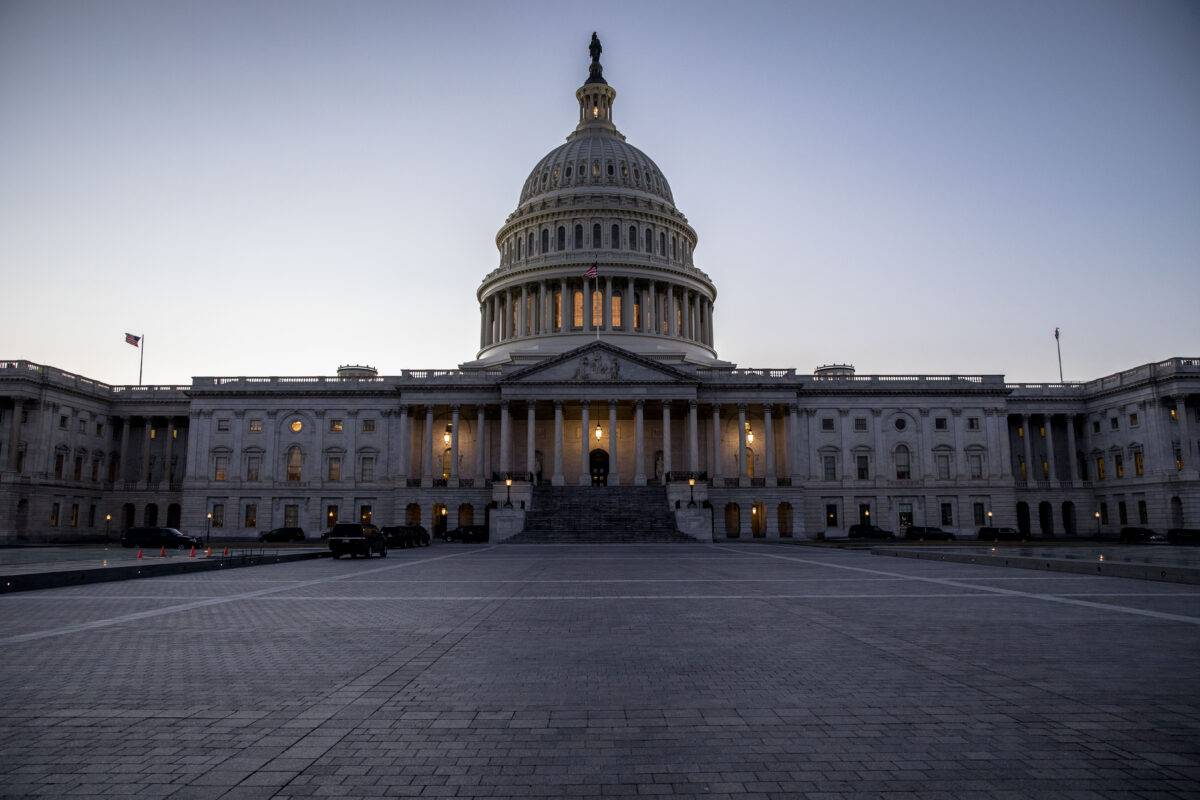 在國會聯席會議上挑戰任何一個州選舉人團投票,至少需要一名參議員和一名眾議員以書面形式共同發起。圖為國會。(Samira Bouaou/The Epoch Times)