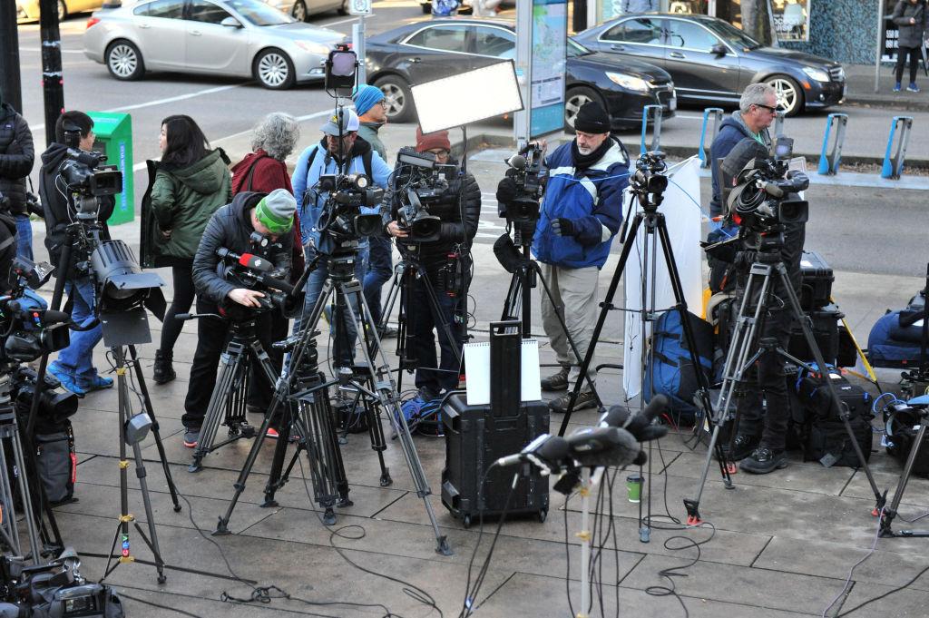 12月7日,孟晚舟保釋聽證會外的媒體。(DON MACKINNON/AFP/Getty Images)