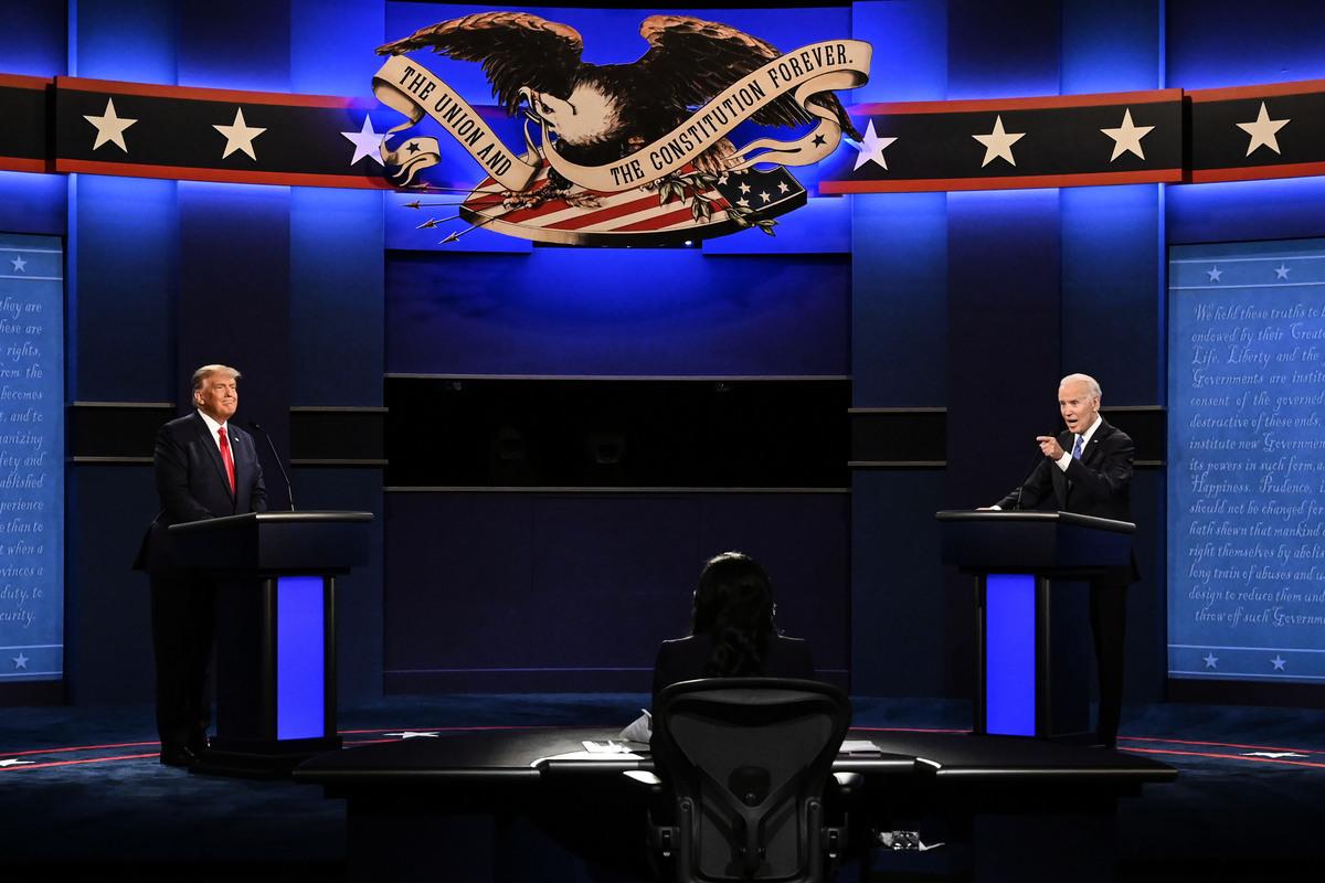 2020年10月22日,美國田納西州納什維爾(Nashville),總統特朗普與民主黨總統候選人喬·拜登(右)在貝爾蒙特大學(Belmont University)舉行第二場總統候選人辯論會。(BRENDAN SMIALOWSKI/AFP via Getty Images)