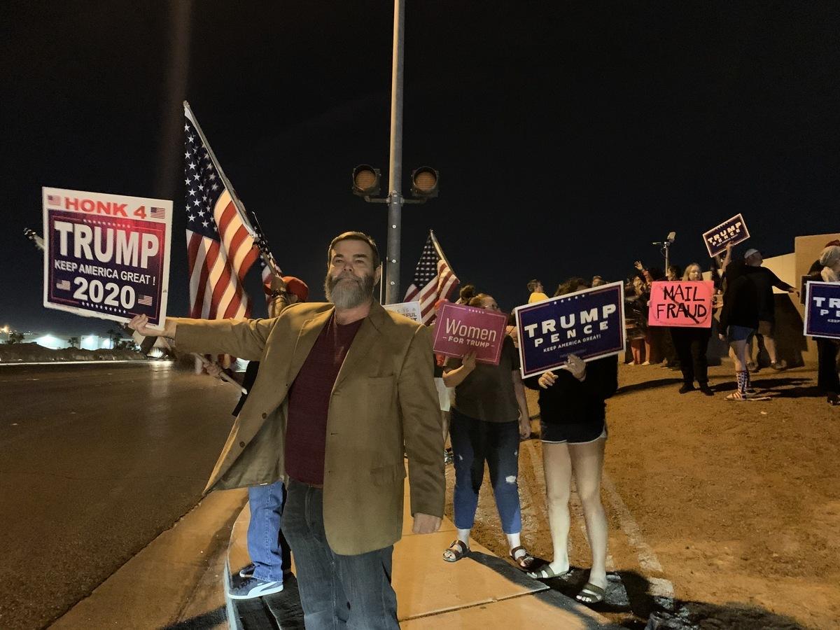 2020年11月5日晚,上百位選民聚集在內華達州克拉克縣(Clark County)拉斯維加斯競選總部前,要求公開計算每一張「合法選票」。(姜琳達/大紀元)