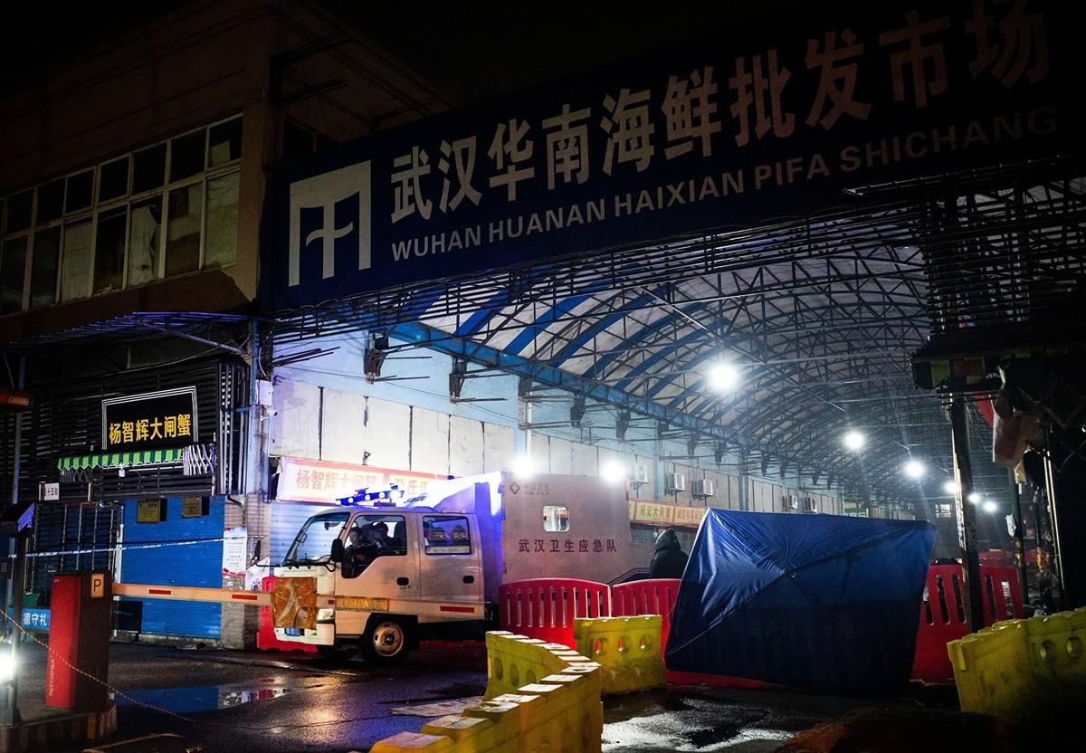 圖為發現病毒的武漢華南海鮮批發市場。(Photo by NOEL CELIS/AFP via Getty Images)