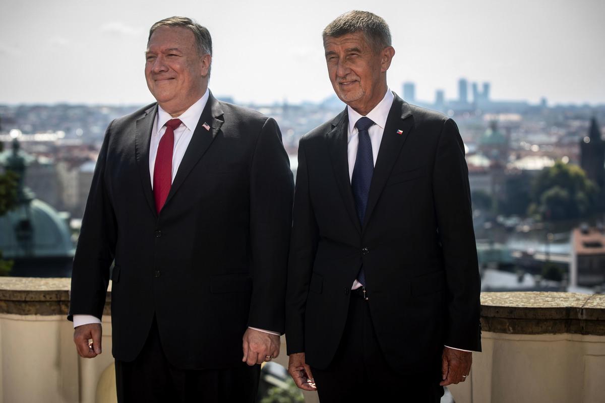 圖為美國國務卿邁克・蓬佩奧(左)和捷克共和國總理安德烈・巴比什(右)2020年8月12日在布拉格合照。(Gabriel Kuchta/Getty Images)