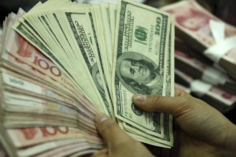 特朗普在推文中呼籲美聯儲減息,讓美元匯率能適度貶值。(Photo credit should read STR/AFP/Getty Images)