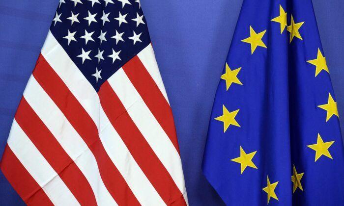 歐盟正在與美國聯手抗共。圖為美國國旗(左)與歐盟旗幟並排而立。(Thierry Charlier/AFP via Getty Images)