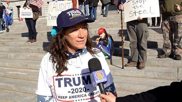 黛比·諾爾(Debbie Noll)在賓州議會大廈前進行和平抗議。(陳雷/大紀元)
