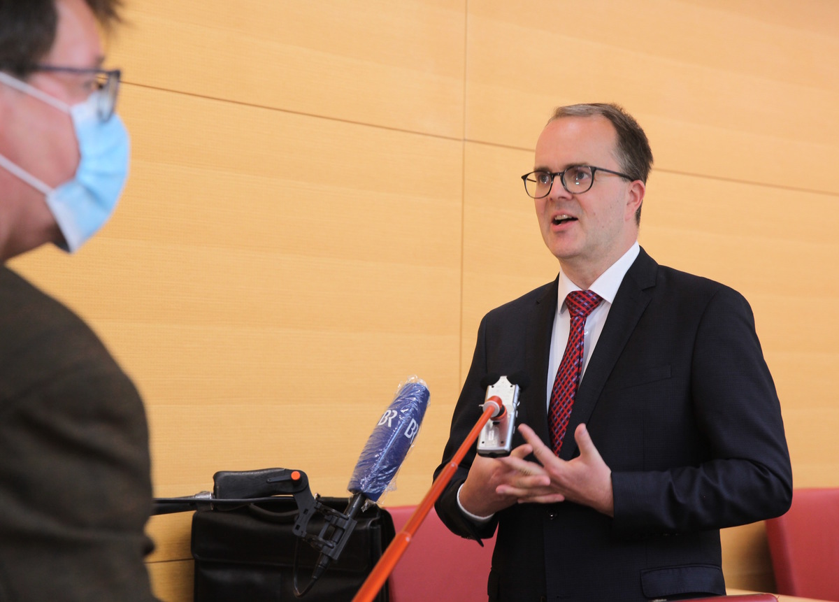德國巴伐利亞州副州長、社民黨(SPD)州議會社團歐洲政策發言人馬庫斯.林德斯巴赫爾(Markus Rinderspacher),是有關巴伐利亞是否應該資助孔子學院的聽證會發起人。圖為2020年6月23日林德斯巴赫爾在聽證會前接受媒體採訪。(黃芩/大紀元)