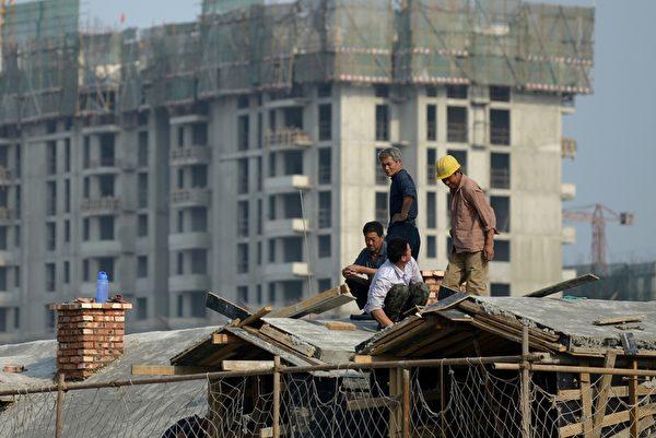 高房價掏空夫妻雙方的父母、爺爺奶奶、外公外婆三代人的積蓄,擠壓中國人的消費力。(WANG ZHAO/AFP)