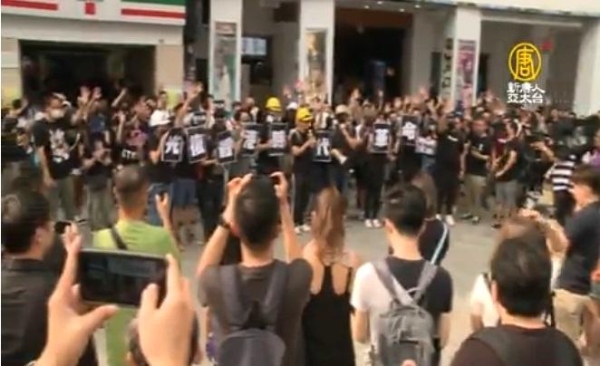 在台港人9月15日發起的「撐港 反極權 反警暴」台港大合唱,台北西門町有近100人參加合唱《願榮光歸香港》等歌曲。(新唐人亞太台截圖)