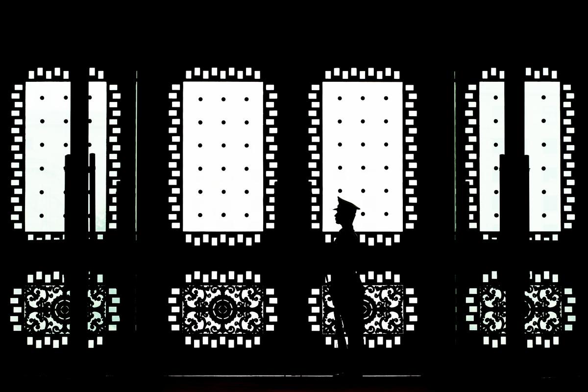 幾十年來,中共對美國悄然展開了一場「超限戰」。圖為在北京八一大樓門口站崗的士兵。(Andy Wong/Getty Images)
