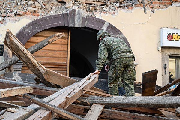 2020年12月29日,克羅地亞彼得里尼亞(Petrinja),該鎮遭受6.4級地震襲擊後,一名士兵協助進行善後工作。(DENIS LOVROVIC/AFP via Getty Images)