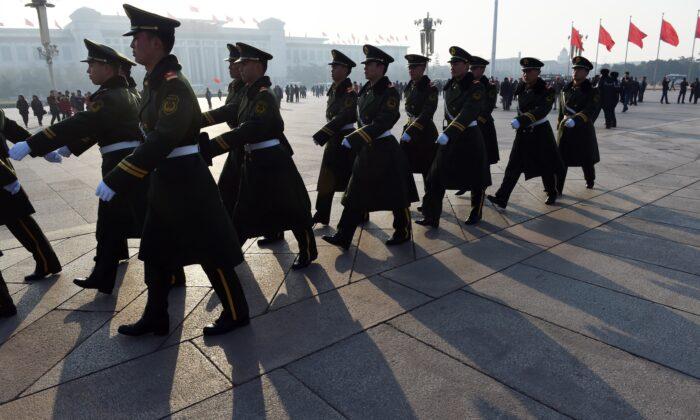 2015年3月13日,武警在北京天安門廣場人民大會堂旁巡邏。(Greg Baker/AFP via Getty Images)