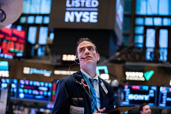 大陸貝殼找房申請赴美IPO。圖為交易員於2020年3月11日在紐約市的紐約證券交易所(NYSE)。 (Jeenah Moon/Getty Images)