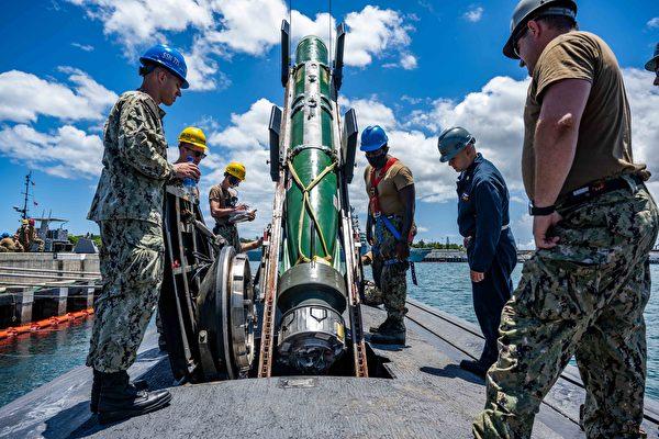 美國海軍「哥倫比亞號」(SSN 771)的水兵為進行「敏捷匕首2021演習」,正在裝載Mark 48先進魚雷。 (美國海軍)