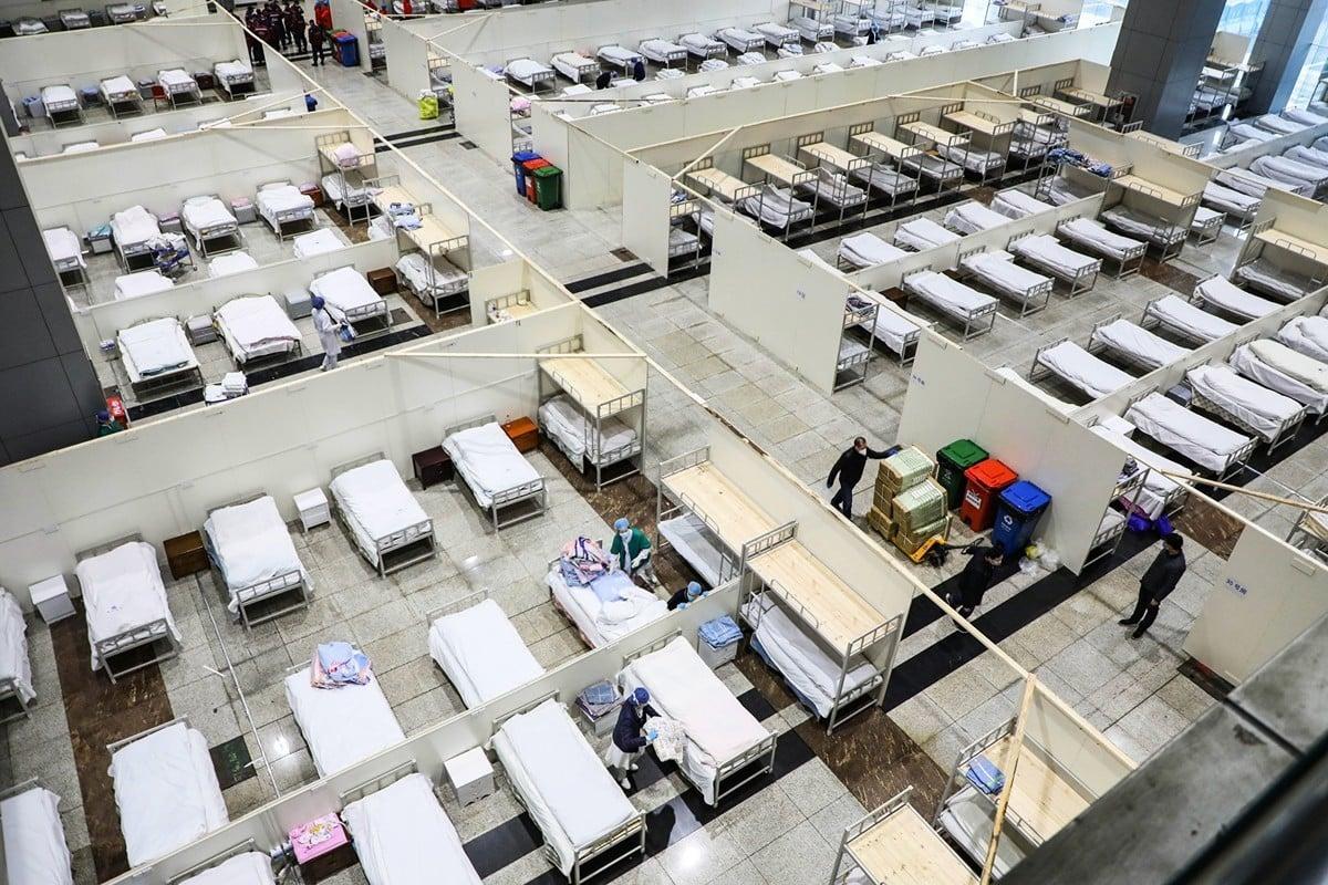 2020年2月,大陸首個戰時管制令,兩大黨媒封殺。圖為武漢市一家由展覽中心改建的醫院。 (STR/AFP via Getty Images)