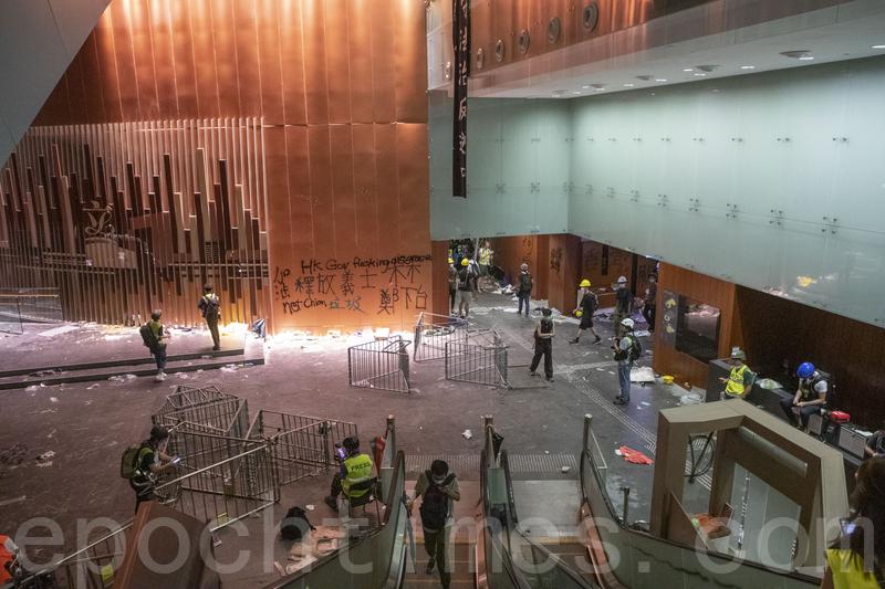 港人示威者佔領者立法會會議廳疑遭港府「設局」:一是港警曾全部撤出立法會大樓,二是示威者佔領前會議廳就滿地狼藉。圖為立法會當時的現場圖。(余鋼/大紀元)