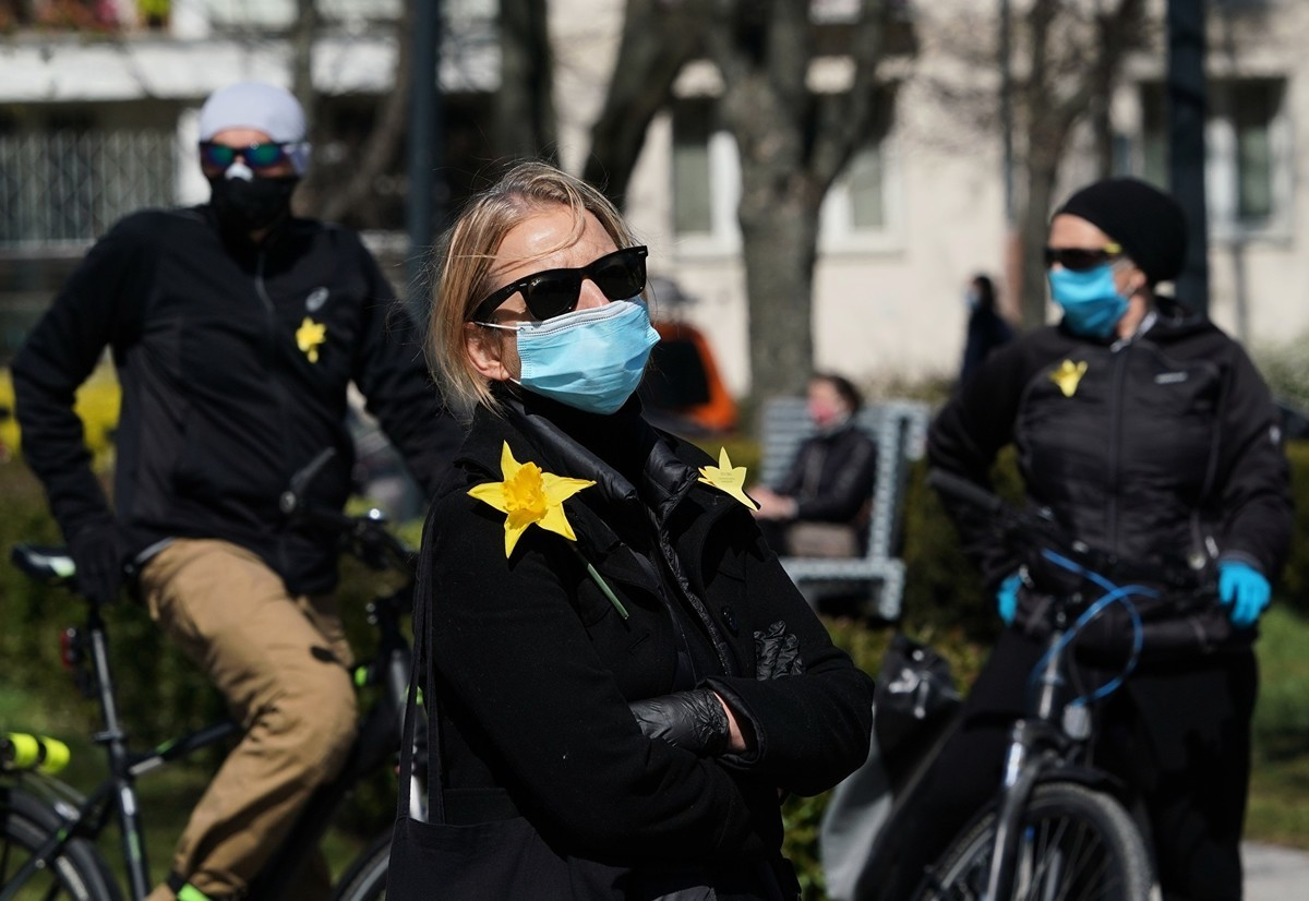 波蘭民眾的日常生活因中共病毒的侵入而進入非常狀態。圖為2020年4月19日波蘭民眾在戶外參加紀念猶太人慘遭納粹屠殺的活動。(JANEK SKARZYNSKI/AFP via Getty Images)