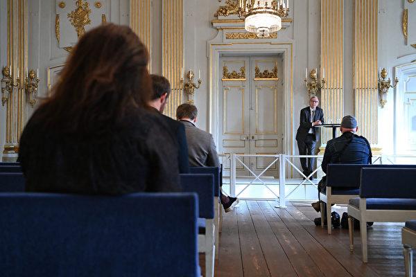 2021年10月7日,瑞典斯德哥爾摩,諾貝爾文學委員會主席、瑞典學院成員安德斯·奧爾森(Anders Olsson)舉行新聞發布會,對2021年諾貝爾文學獎得主發表評論。(Jonathan NACKSTRAND/AFP)
