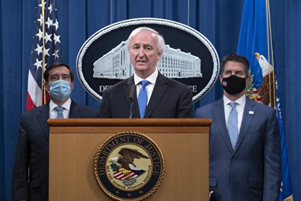 圖為2020年9月16日,美國司法部副部長傑夫·羅森(Jeff Rosen,中)宣佈指控和逮捕中共黑客。(Tasos Katopodis-Pool/Getty Images)