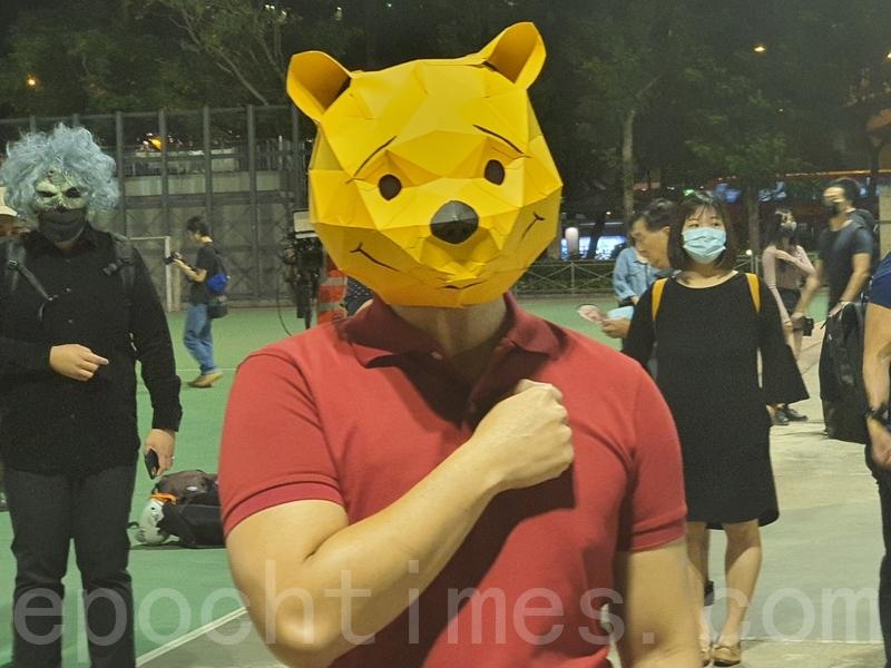 2019年10月31日是港府「禁蒙面」惡法實施以來首個萬聖節,香港民眾在中環蘭桂坊發起戴面具行動。(孫明國/大紀元)