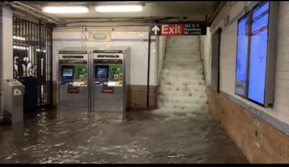圖為洪水湧入曼哈頓145街地鐵站內,該地鐵站後來關閉。(新唐人影片截圖)
