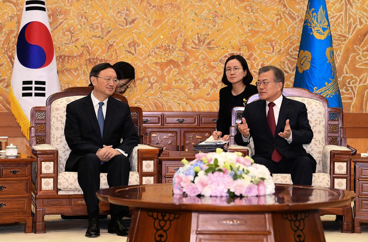 楊潔篪2018年3月30日訪韓時,在青瓦台與總統文在寅舉行會談。(Kim Min-Hee-Pool/Getty Images)