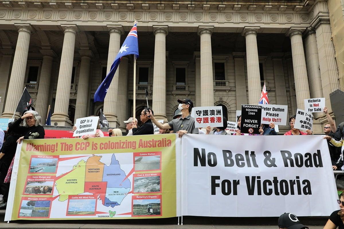 2019年12月15日,墨爾本民眾在維州議會大廈前舉行集會,抗議維州州長簽署「一帶一路」協議。(Grace Yu/大紀元)