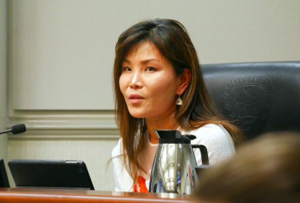 6月22日晚,市議員林淑(So P. Lim)在市議會上。(李辰/大紀元)