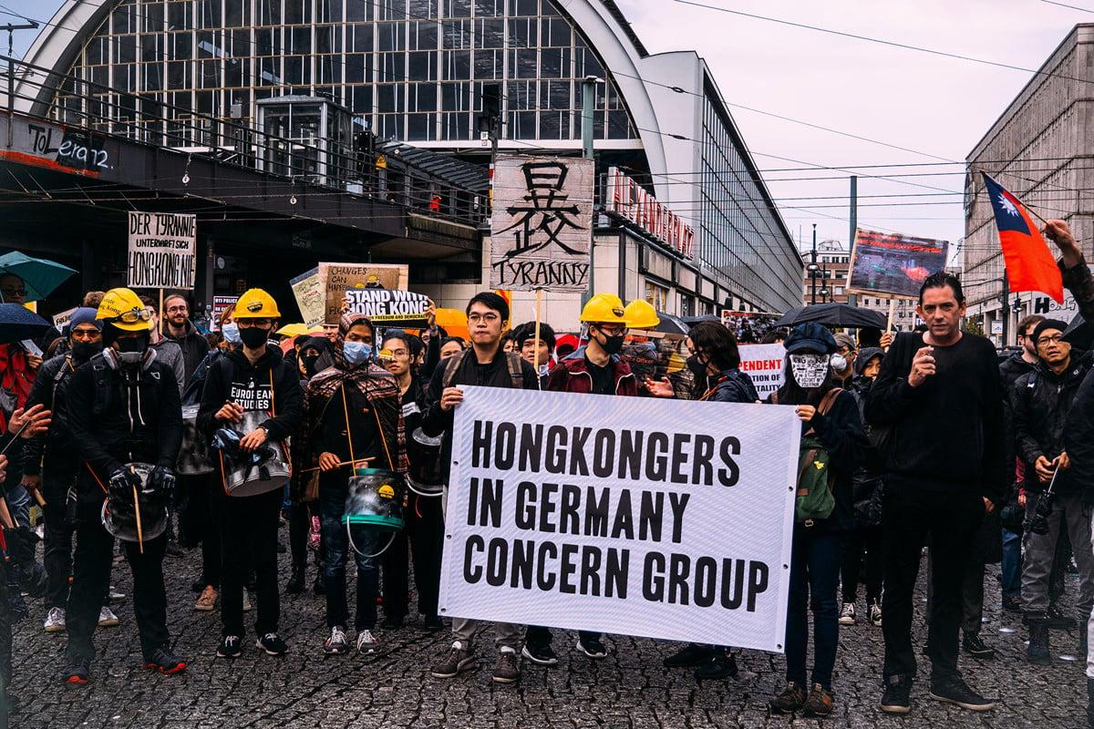 9月28日下午數百旅德港人和德國各界人士在首都柏林舉行集會遊行,抗議中共暴政,支持港人爭取自由民主。圖為遊行隊伍從前東柏林市中心的亞歷山大廣場出發。(張清颻/大紀元)