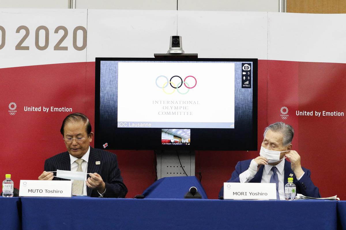 2020年9月25日,東京奧運會行政總裁武籐敏郎(左)和組委會主席森喜朗(右)與國際奧委會舉行聯合新聞發佈會。(RODRIGO REYES MARIN/POOL/AFP via Getty Images)