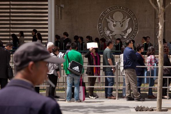 中共空軍總醫院神經內科醫生宋琛(Song Chen),在申請史丹福大學訪問學者時,為了掩蓋現役職業軍醫的身份,將僱主由「解放軍空軍總醫院」改為「西釣魚台醫院」。圖為美駐北京大使館。(Ed Jones/AFP/GettyImages)