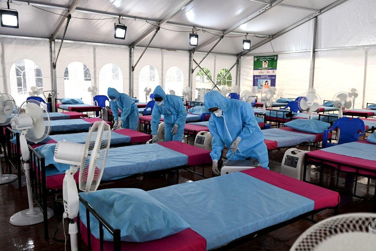 2021年6月8日,醫療人員在印度欽奈新落成的Covid-19治療中心佈置氧氣機。(ARUN SANKAR/AFP via Getty Images)