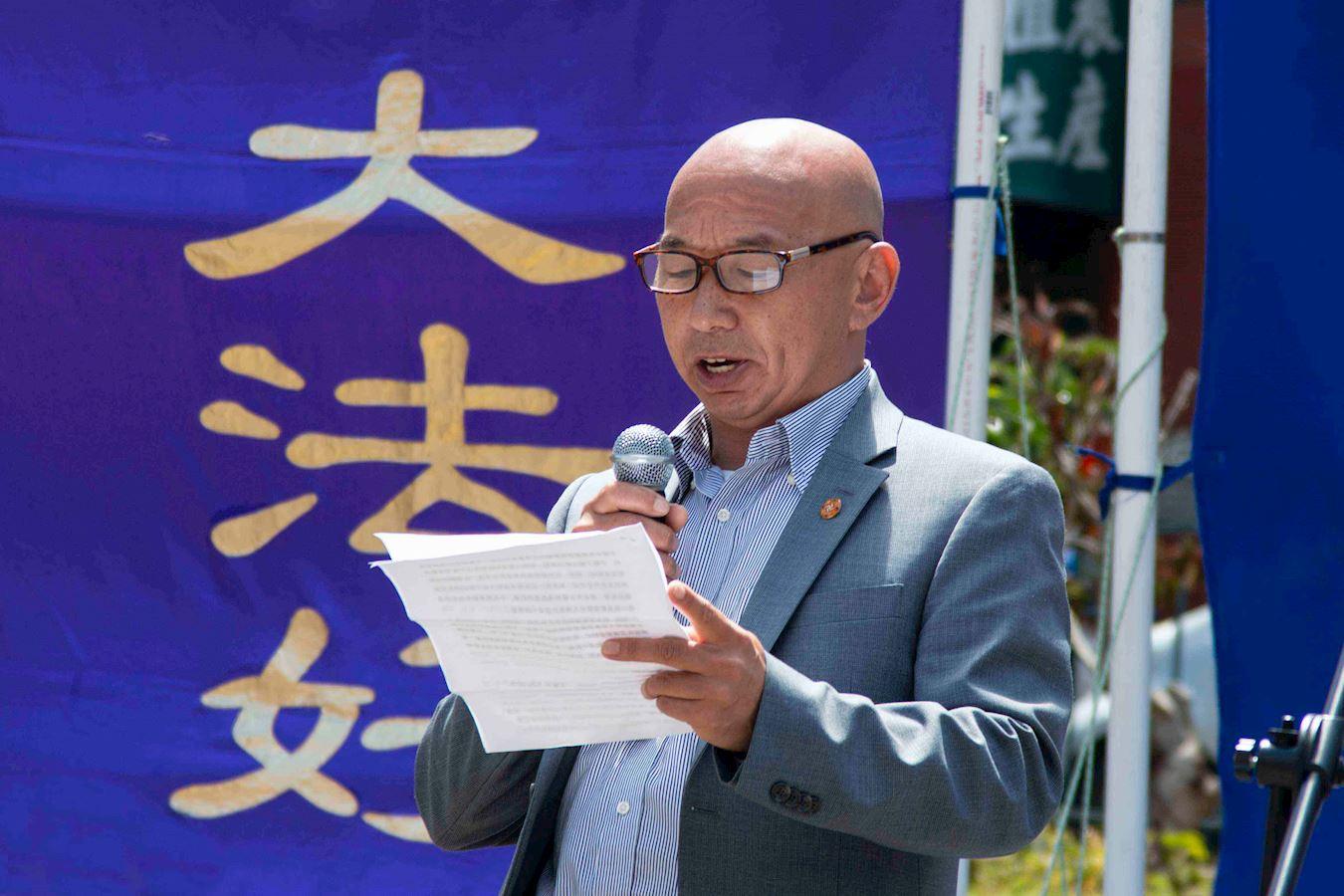 2019年7月20日,在美國三藩市灣區的中國城花園角廣場舉行的集會上,王建中發言揭露中共迫害。(明慧網)