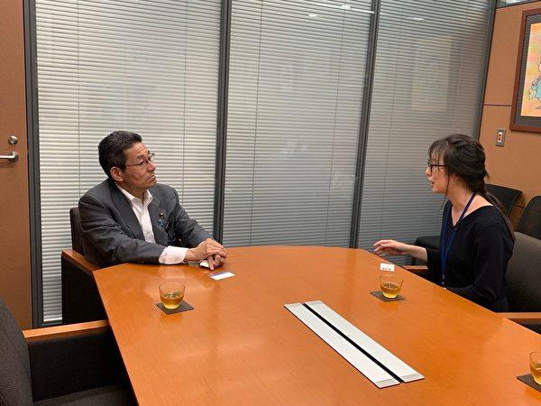 付偉彤與日本國會眾議院議員笠浩史面談,請求幫助營救自己的母親。(NTDTV)